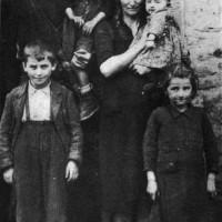 Famiglia contadina del podere Casella, Monte Marino, zona di Strabatenza, novembre 1943