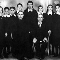 Don Odo Contestabile e suo padre con un gruppo di alunne avviate all'Istituto della Sacra Famiglia