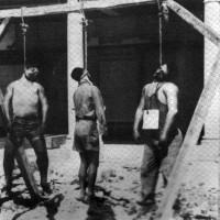 Rimini, 16 agosto 1944, piazza Giulio Cesare (attuale piazza Tre martiri). Tre giovani (Luigi Nicolò, Adelio Pagliarani e Mario Cappelli) della 29a brigata GAP, impiccati dai tedeschi perché accusati di avere sabotato una trebbiatrice