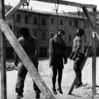Rimini, 16 agosto 1944, i corpi dei tre giovani impiccati in piazza Giulio Cesare oggi Tre martiri. (Archivio IstorecoFC)