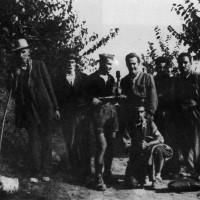 Partigiani dell'8a Brigata Garibaldi ritratti assieme ad alcuni contadini a